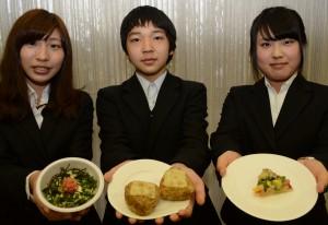 (左から)優秀賞を受賞した、女子栄養大の「めんたい美肌丼」、杉戸農高の「チーズおかか焼きおにぎり」、十文字学園女子大の「ごはんdeピザ」と考案した学生ら