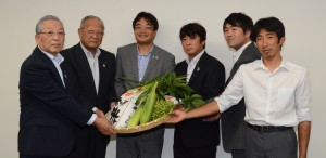若林会長(左から2人目)、坂本副会長(左端)と飯野委員長(左から3人目)ら県青年協幹部