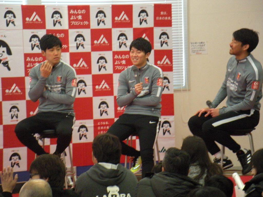 P10-2【JA情報スクランブル】写真:質問に答える遠藤選手(左)、武藤選手(中央)、青木選手(右)